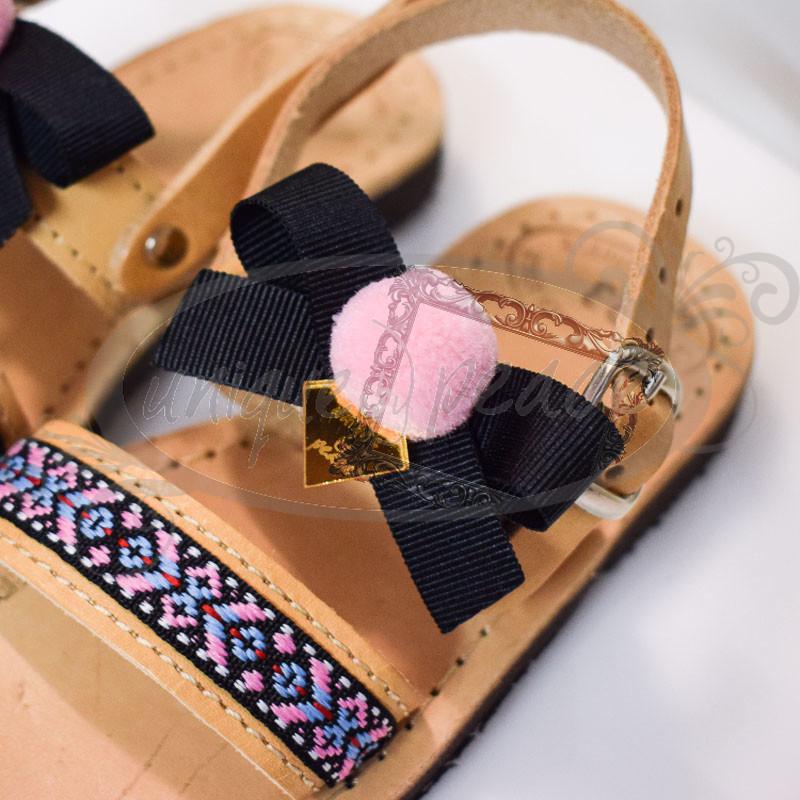 db759a8f9a Χειροποίητα παιδικά ΔΕΡΜΑΤΙΝΑ σανδάλια ΕΛΛΗΝΙΚΗΣ ΠΡΟΕΛΕΥΣΗΣ στολισμένα με  τρέσα σε boho στυλ και γκρο μαύρο φιογκάκι