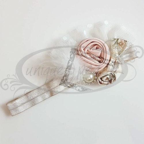 Χειροποίητη κορδέλα με λευκό γουνάκι, ροζ υφασμάτινο και floral υφασμάτινο λουλούδι, στρογγυλή λευκή πέρλα με τρέσσα από στοιχεία Swarovski στο περίγραμμα και floral υφασμάτινο φιογκάκι με πέρλα στο κέντρο του.